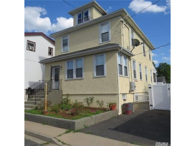 5 BR,  2.00 BTH  Colonial style home in Inwood