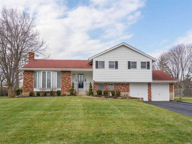 3 BR,  2.50 BTH Split style home in East Northport