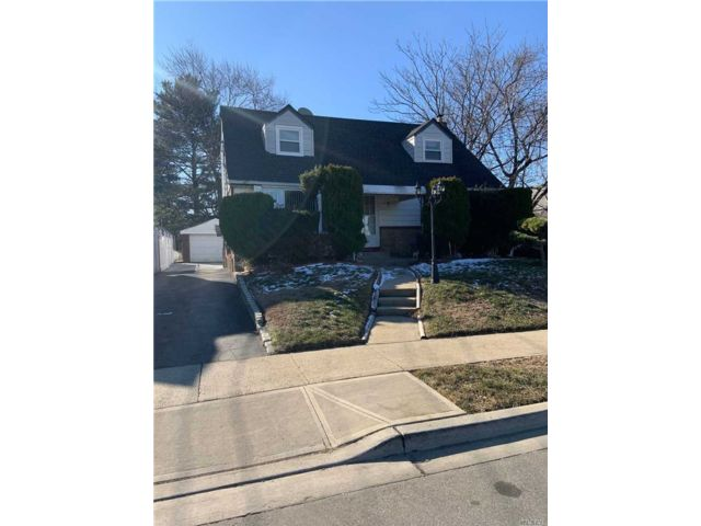 4 BR,  3.00 BTH 2 story style home in Valley Stream