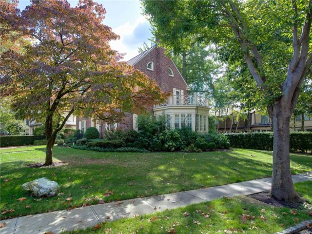 5 BR,  4.00 BTH  Colonial style home in Douglaston