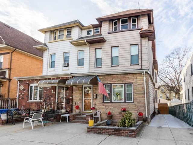 5 BR,  4.00 BTH Colonial style home in Glendale