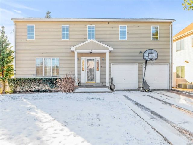 4 BR,  3.00 BTH  Colonial style home in Glenwood Landing
