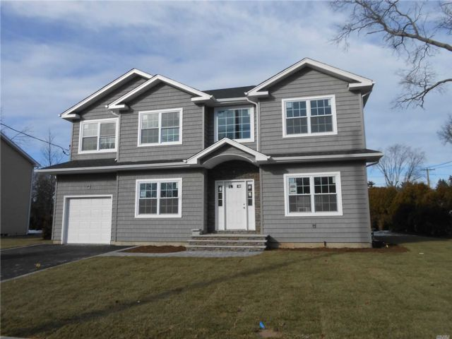5 BR,  4.00 BTH Colonial style home in Westbury
