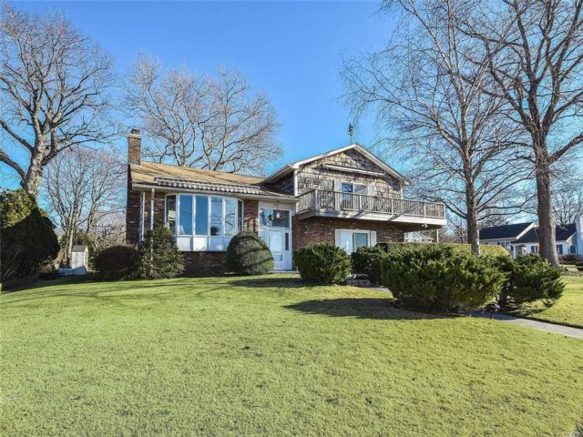 4 BR,  3.00 BTH  Split style home in Port Washington