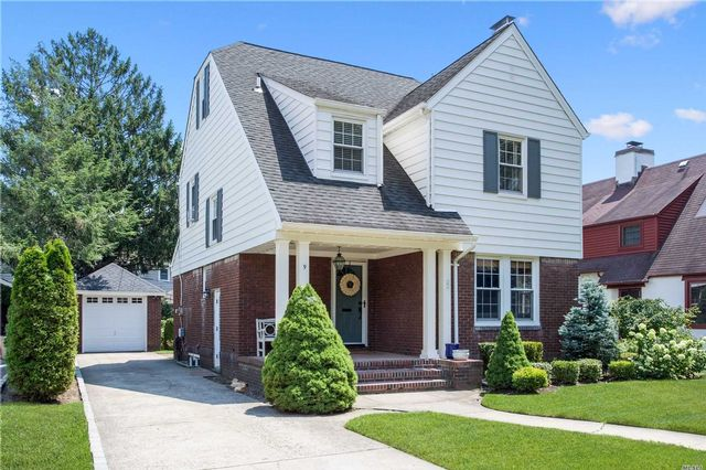 4 BR,  1.50 BTH Colonial style home in Garden City