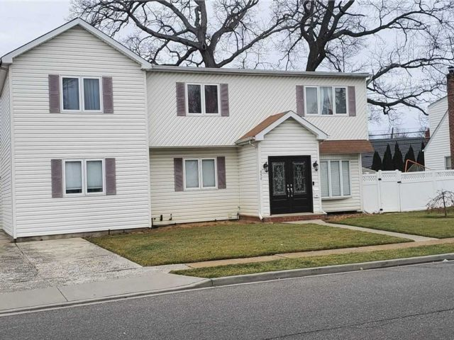 8 BR,  4.00 BTH Colonial style home in Franklin Square