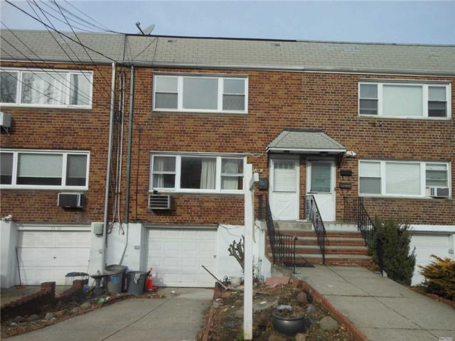 4 BR,  2.50 BTH Colonial style home in Middle Village