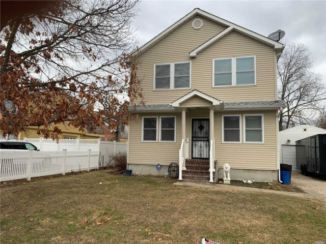 5 BR,  2.00 BTH  Hi ranch style home in Amityville