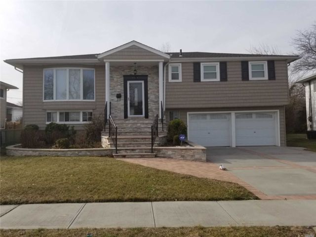 4 BR,  2.50 BTH Hi ranch style home in North Woodmere
