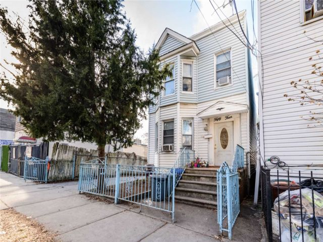 6 BR,  2.50 BTH Colonial style home in Woodside