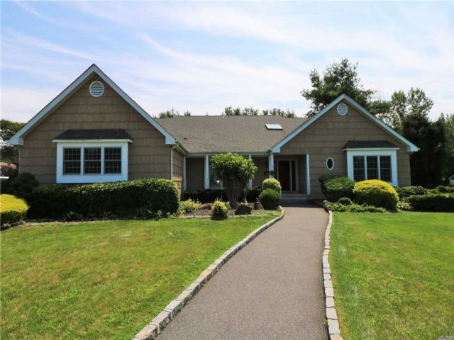 5 BR,  4.50 BTH Ranch style home in Fort Salonga
