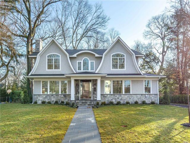 6 BR,  6.00 BTH Colonial style home in East Hills