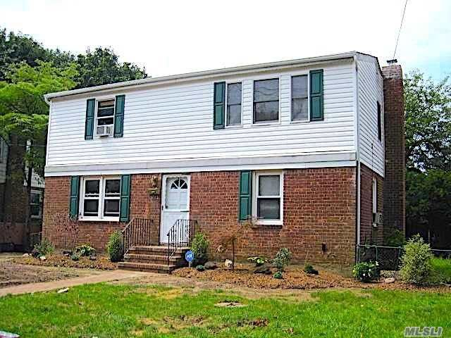 6 BR,  2.00 BTH Colonial style home in Uniondale