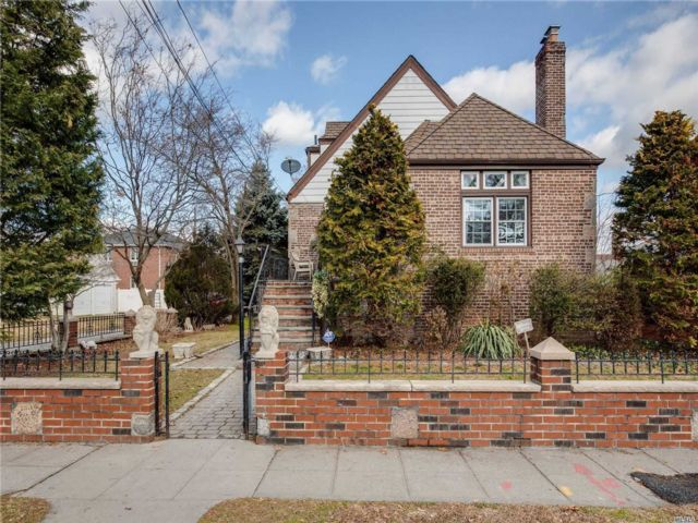 5 BR,  4.00 BTH 2 story style home in Flushing