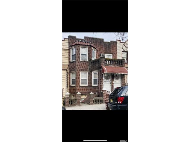 5 BR,  2.50 BTH Townhouse style home in Maspeth