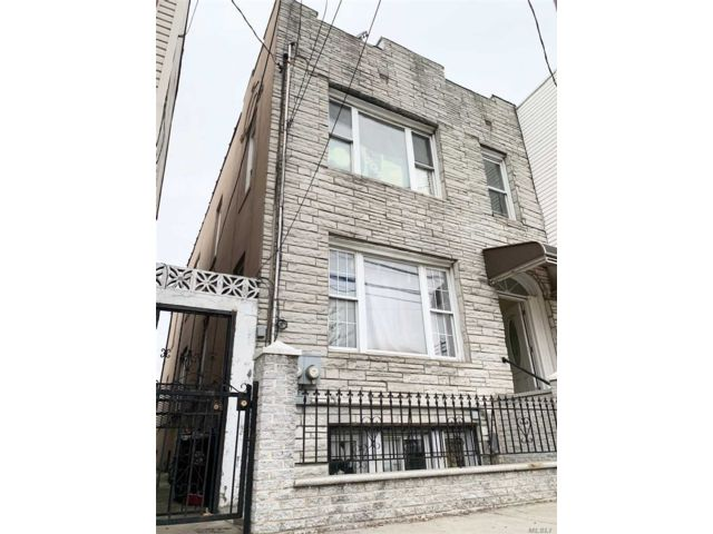 8 BR,  2.00 BTH Colonial style home in Long Island City
