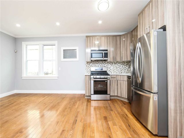 6 BR,  5.00 BTH Colonial style home in Cypress Hills