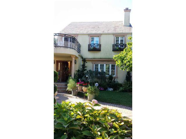 5 BR,  3.00 BTH Contemporary style home in Jamaica Estates