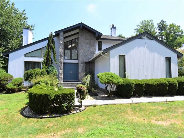 5 BR,  4.50 BTH  Contemporary style home in Manhasset