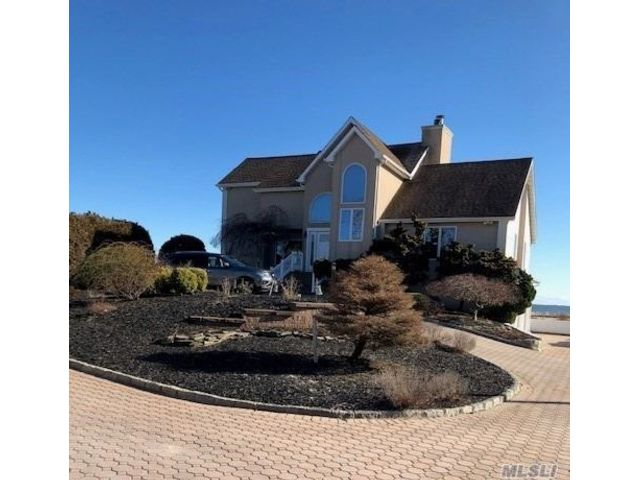 4 BR,  3.00 BTH Colonial style home in Blue Point
