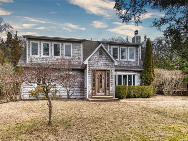 5 BR,  3.50 BTH Colonial style home in East Hampton