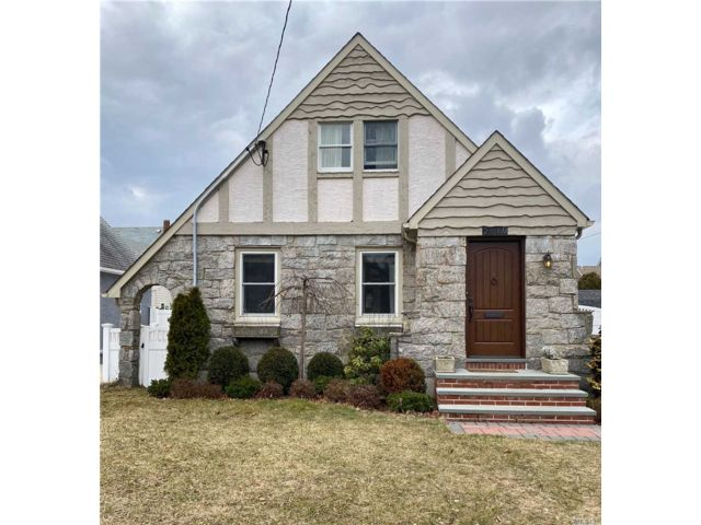 3 BR,  1.00 BTH Cape style home in Oceanside
