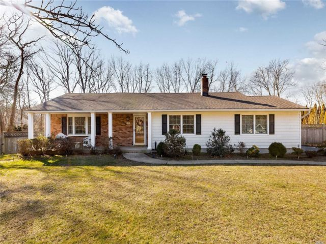 4 BR,  3.00 BTH  Split ranch style home in East Islip