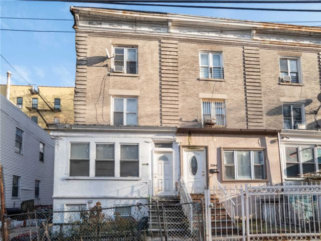 4 BR,  2.00 BTH  Colonial style home in Jerome Avenue