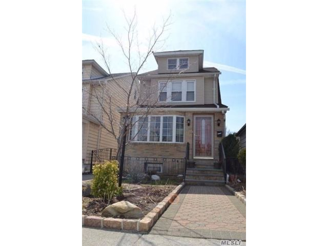 3 BR,  3.00 BTH  Colonial style home in Bellerose