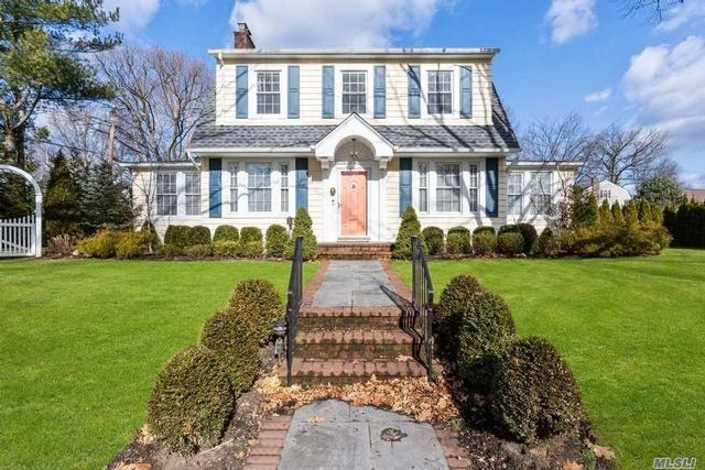 4 BR,  3.50 BTH Colonial style home in Garden City