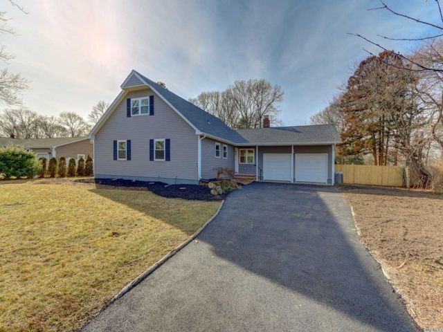 5 BR,  3.00 BTH Farm ranch style home in Bellport