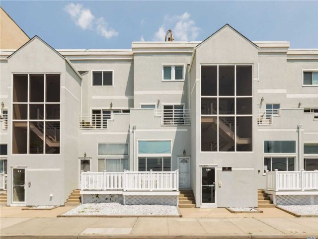2 BR,  2.00 BTH  Condo style home in Long Beach