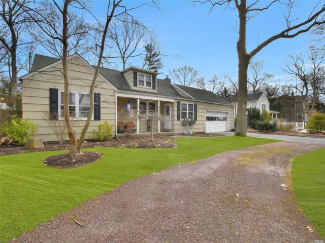 3 BR,  3.00 BTH Farm ranch style home in Brightwaters