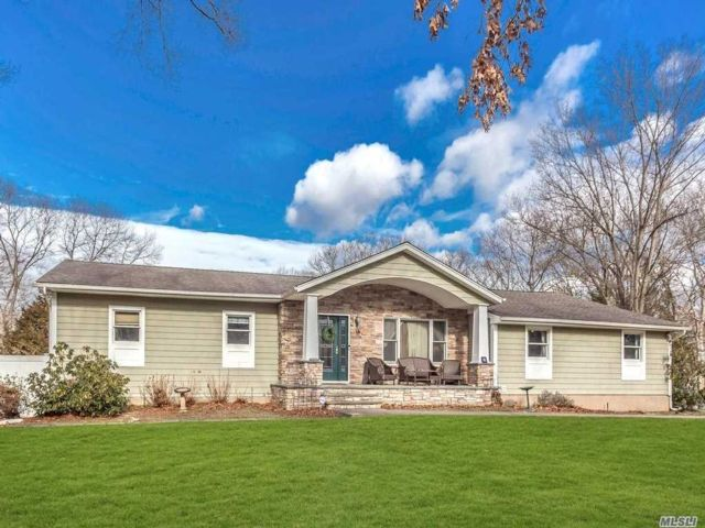 5 BR,  4.00 BTH Exp ranch style home in Smithtown