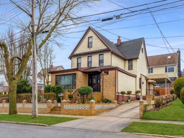 5 BR,  4.00 BTH Other style home in Whitestone