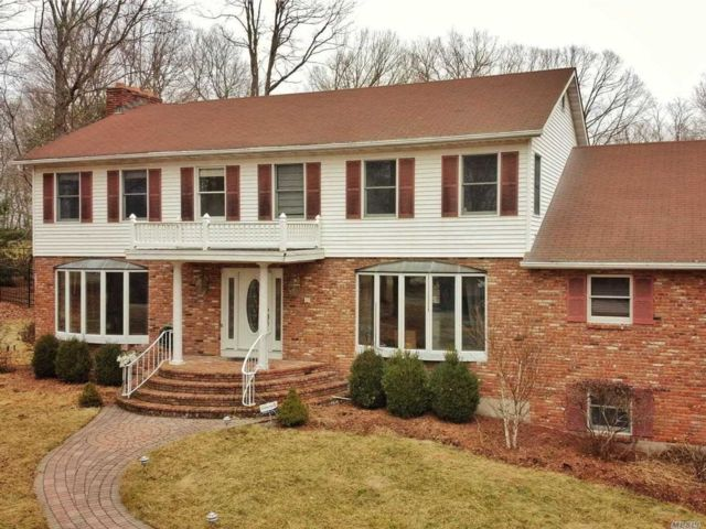 4 BR,  4.00 BTH Colonial style home in Lake Katonah
