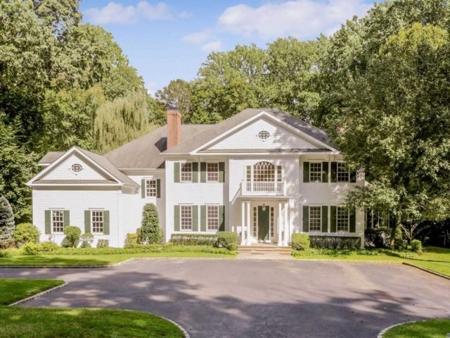 7 BR,  4.50 BTH Colonial style home in Lattingtown