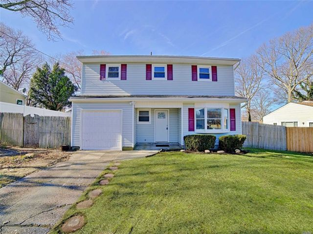 5 BR,  1.50 BTH Colonial style home in Selden