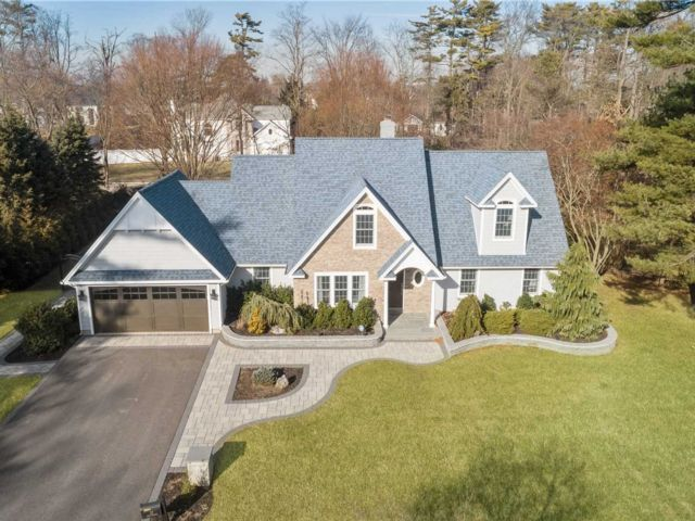 4 BR,  3.00 BTH Exp ranch style home in East Islip