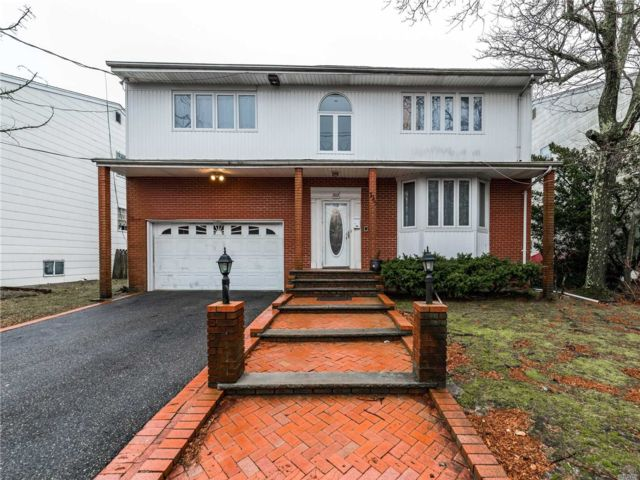 6 BR,  3.50 BTH Colonial style home in North Woodmere