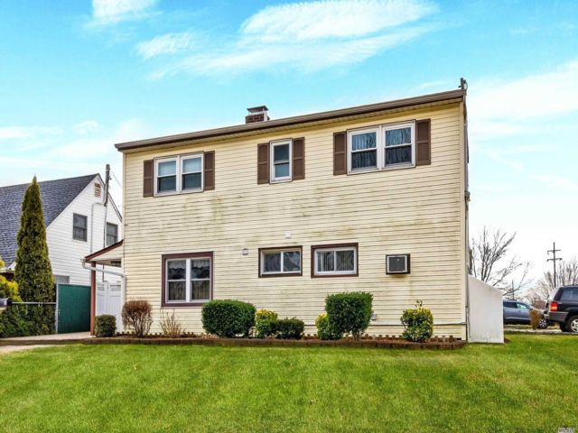 6 BR,  2.00 BTH  Exp ranch style home in Levittown