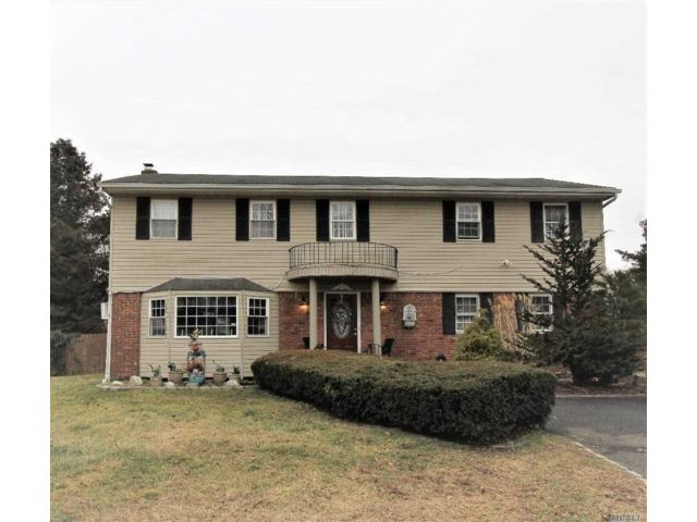 6 BR,  3.50 BTH Colonial style home in Nesconset