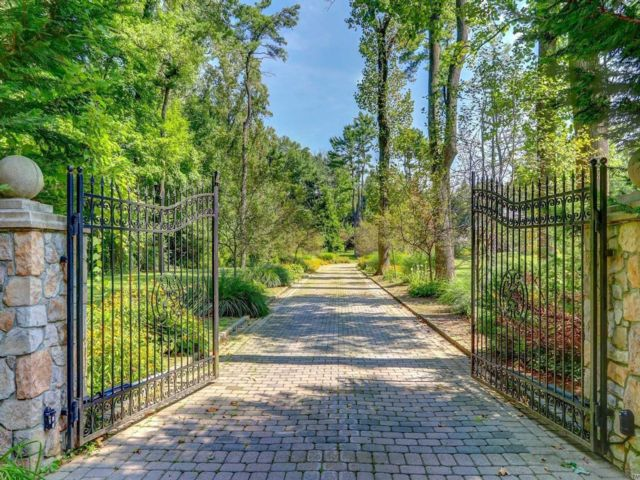8 BR,  9.55 BTH Colonial style home in Old Westbury