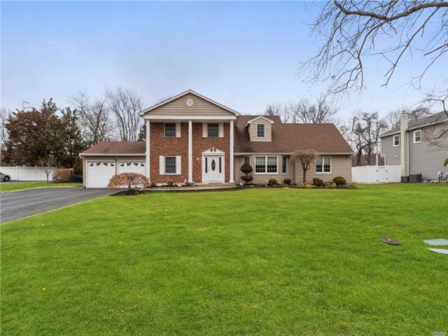 5 BR,  4.00 BTH Colonial style home in Woodbury