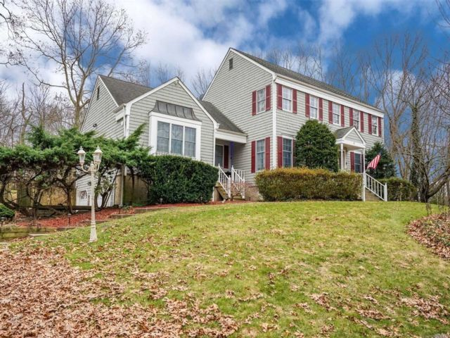 5 BR,  3.50 BTH  Colonial style home in Ridge