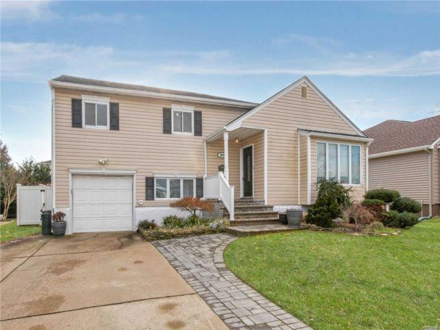 3 BR,  2.50 BTH Split style home in Merrick