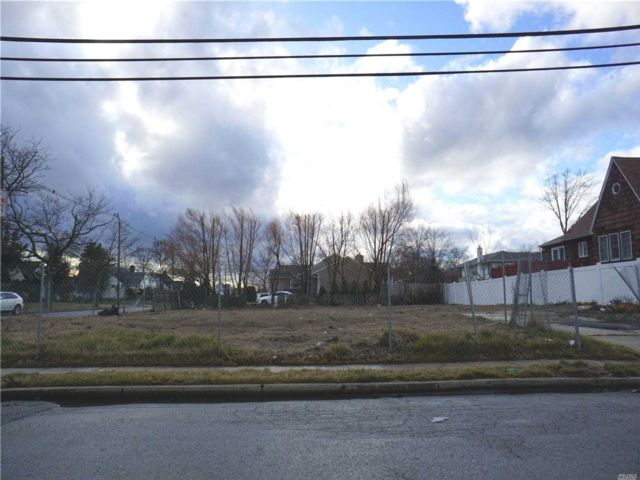 Lot <b>Size:</b> 80 x 110 Land style home in Freeport