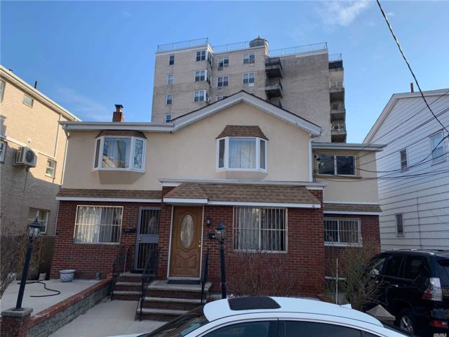 6 BR,  2.00 BTH Colonial style home in Brighton Beach