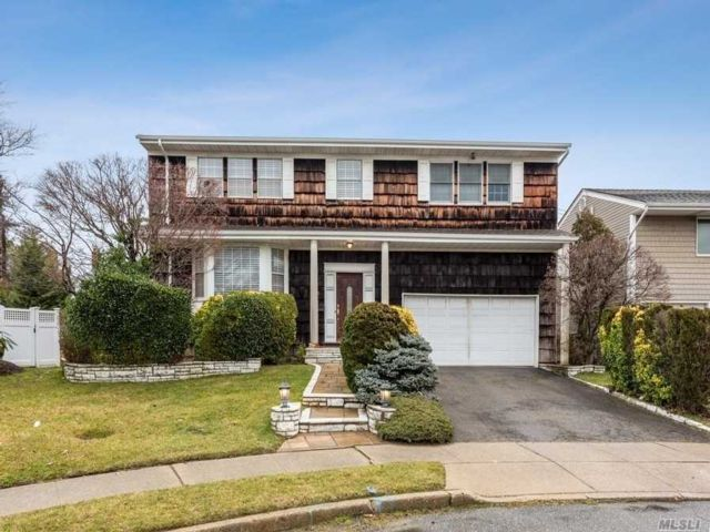 4 BR,  2.50 BTH Colonial style home in North Woodmere