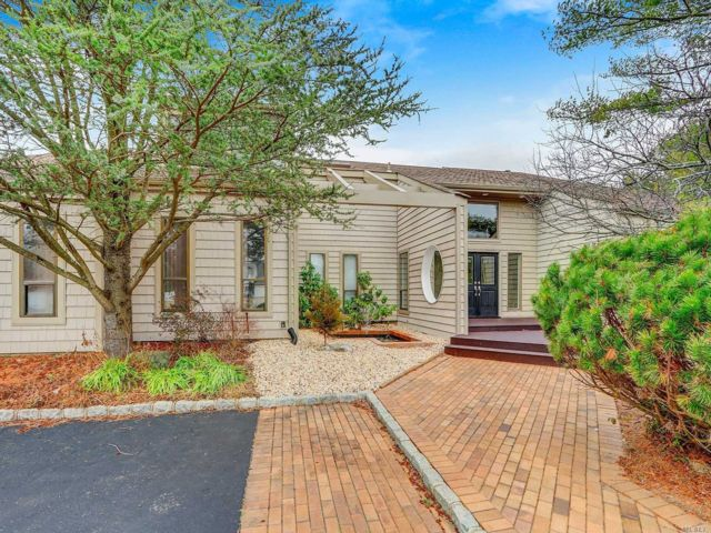 5 BR,  3.00 BTH Contemporary style home in Melville